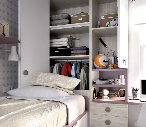 omara za vzglavjem otroške postelje